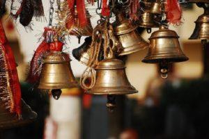 பூஜையின் போது கோவில் மற்றும் வீடுகளில் மணியடிப்பது ஏன் தெரியுமா?